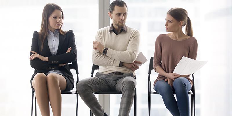 Трое сидят на стульях и разговаривают, фото