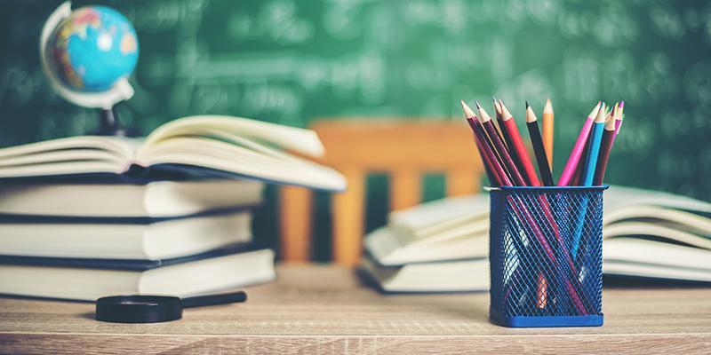Школьная доска, учебники, глобус