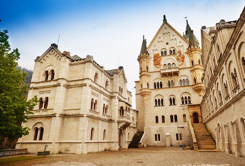 Двор замка Нойшванштайн, фото