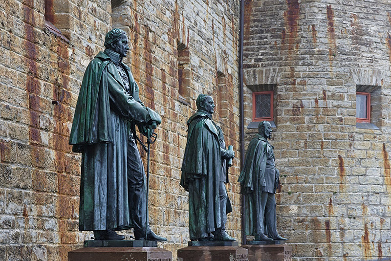 Статуи у стен замка Гогенцоллерн, фото