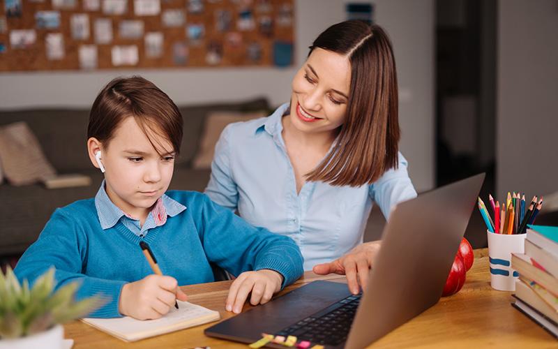 Девочка учится онлайн на ноутбуке, фото