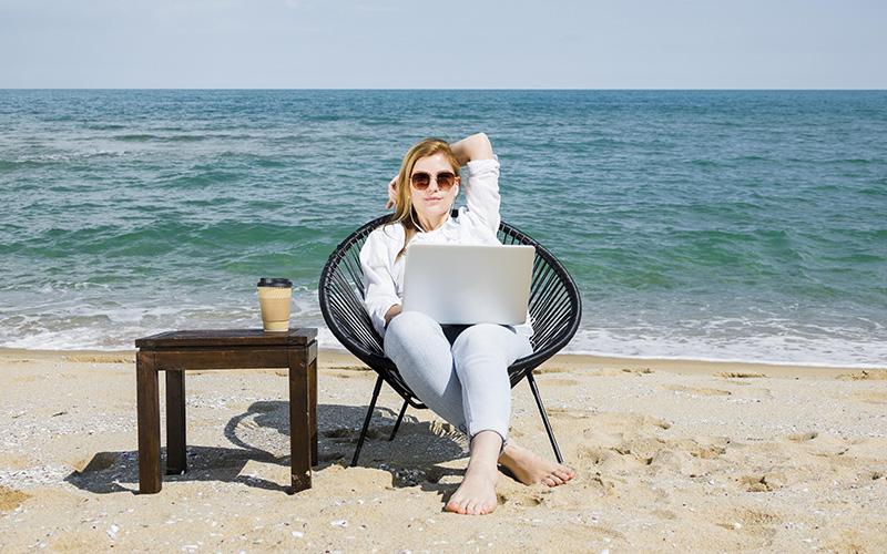 Девушка на море с ноутбуком, фото