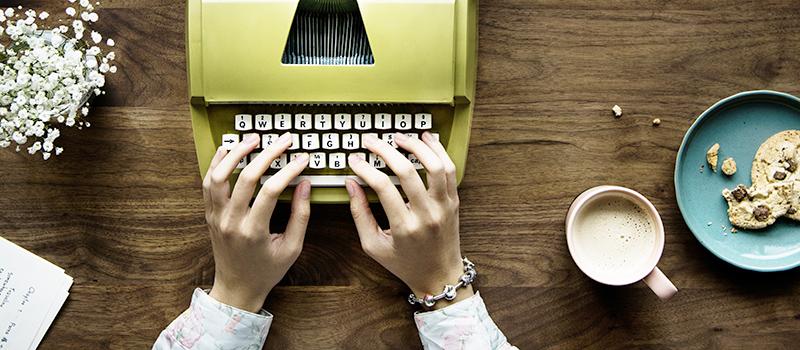 Девушка на море с печатной машинкой, фото