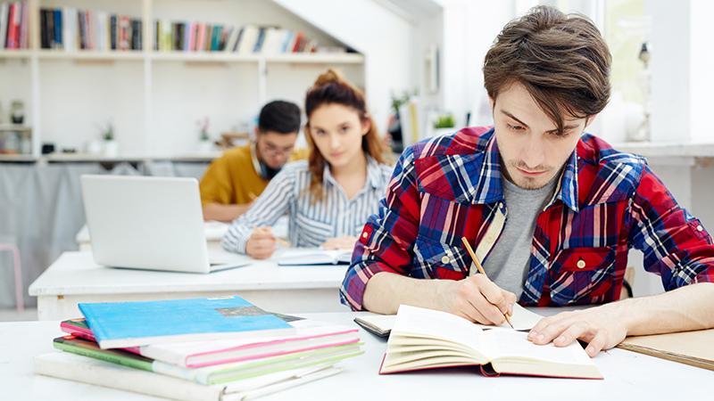 Студенты пишут экзамен, фото