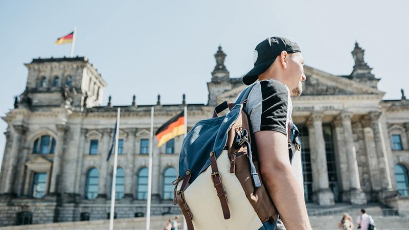 Студент на фоне Рейхстага, фото