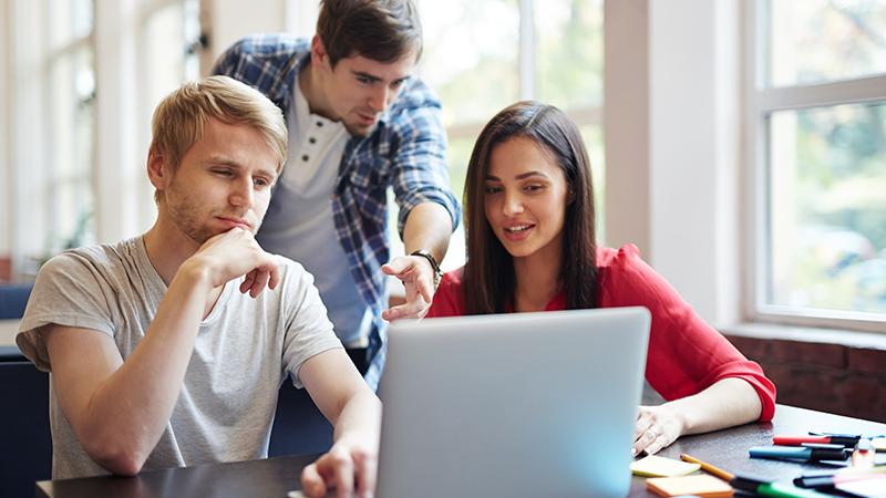Студенты за компьютером, фото