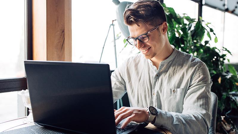 Мужчина за ноутбуком, фото