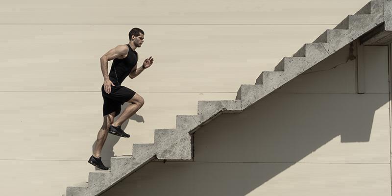 Спортсмен бежит по лестнице, фото