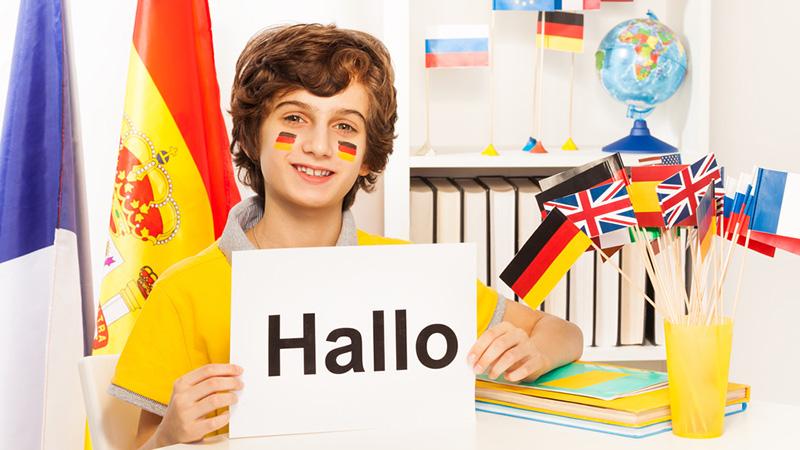 Мальчик учит немецкий, фото