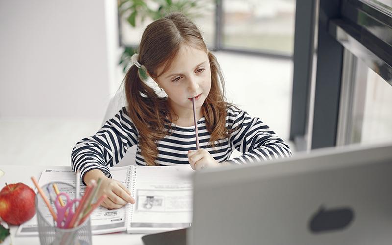 Девочка за экраном ноутбука, фото