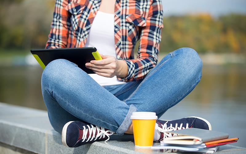 Девушка с планшетом, фото
