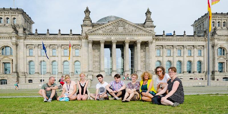 Студенты на фоне Рейхстага, фото