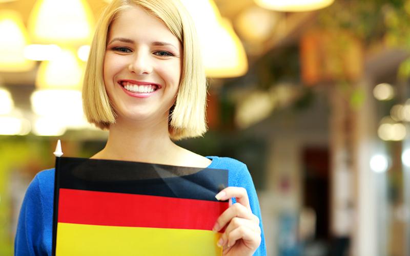 Девушка с флагом Германии, фото