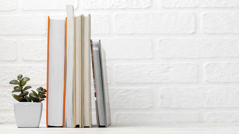 Книги на полке, фото