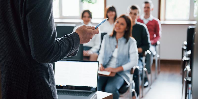Студенты на лекции, фото