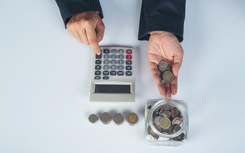 Деньги в копилке и калькулятор, фото