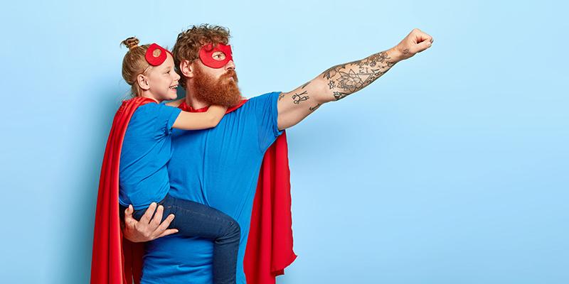Отец и дочь в костюмах супергероев, фото