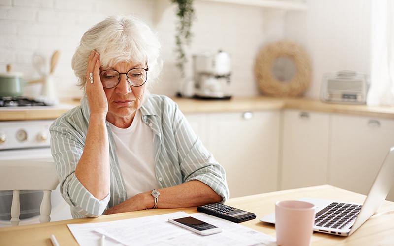 Пенсионерка, ноутбук, фото
